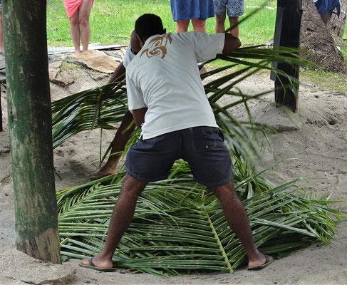 ....und palmblätter zugedeckt.
