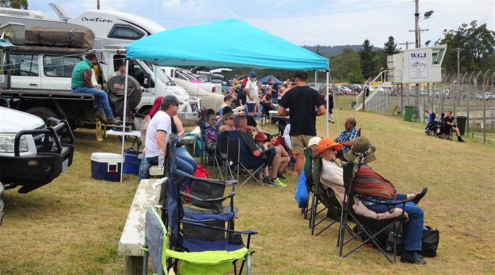 Die Zuschauer mit den eigenen Zelten....
