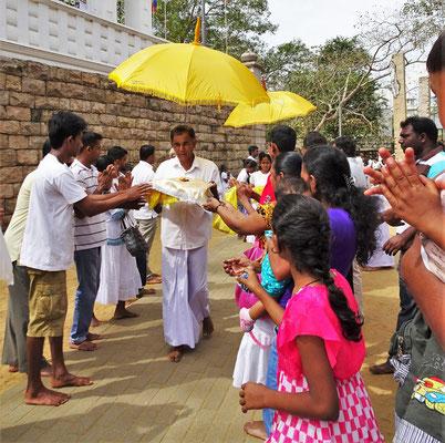 ...die ein neues gelbes Tuch, für die Buddha Statue, begleiten.