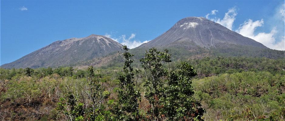 Der Levotobi Vulkan. Links die Frau und Rechts der Mann.