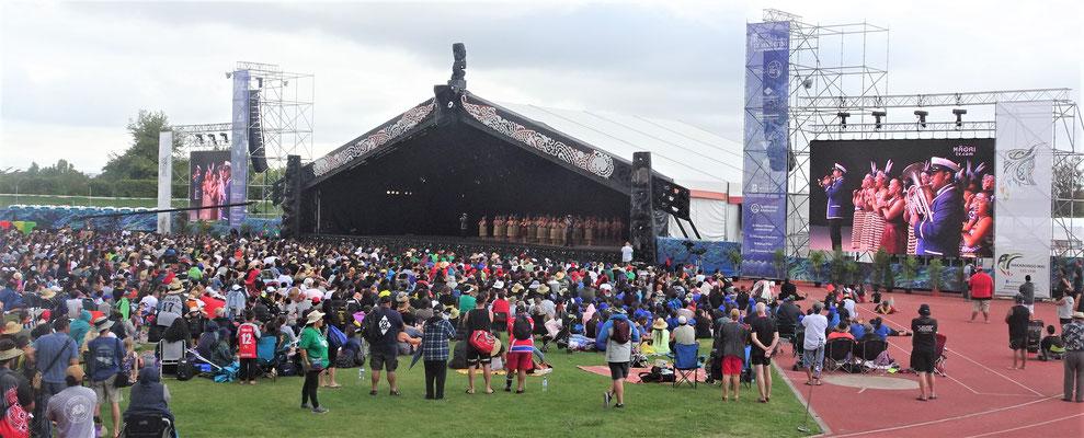 Der Blick zur Bühne mit den riesigen Bildschirmen.