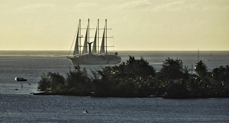 Ein Kreuzfahrtschiff mit Segel.