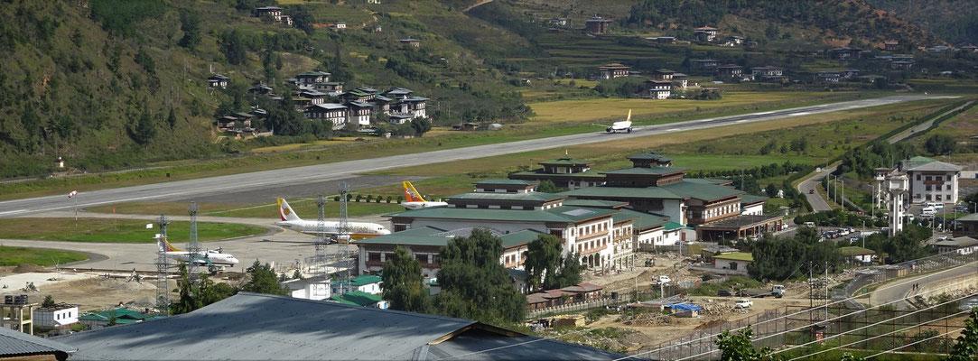 ...dem Blick auf den Flughafen von unserem Zimmer.