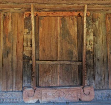 Die Eingangstüre mit dem Brustsymbol....