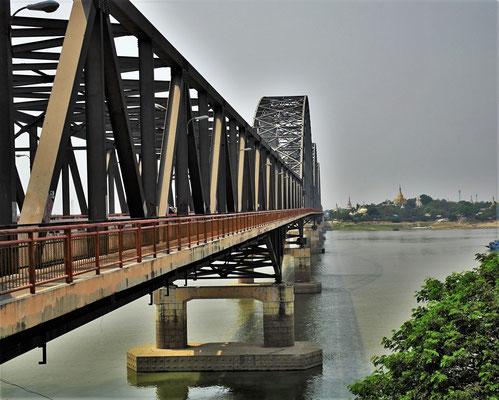 Die grosse Brücke über den Fluss.