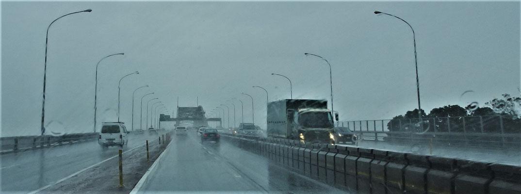 Bei Regen über die Harbour Bridge in Aukland.