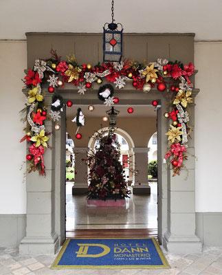 ....mit dem geschmückten Eingang.....