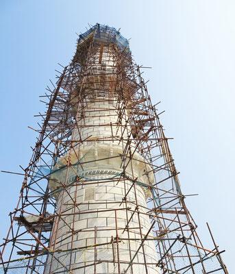 Ein Minaretturm wird saniert.