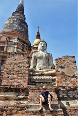 """""""Zwei"""" sitzende Buddhas. Der vordere schwitzt und ist jünger 😉"""