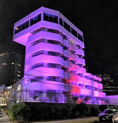 Das Hotel kitschig beleuchtet.