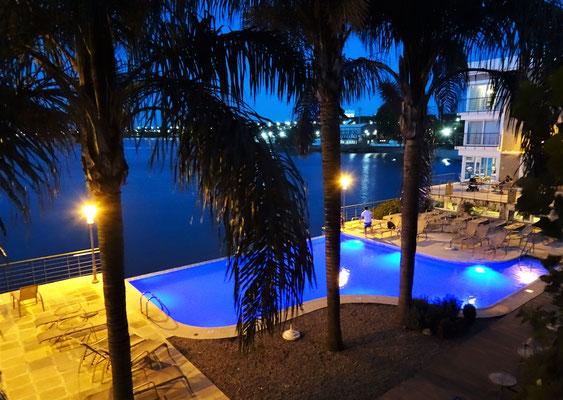 Der Blick auf den Pool am Abend.
