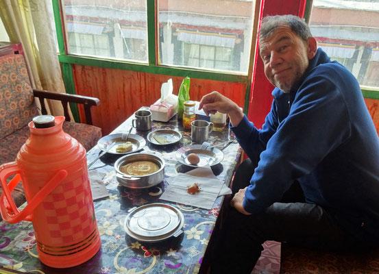 Frühstück in Zhada vor der Rückreise nach Lhasa