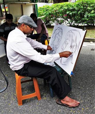 Er zeichnet mit beiden Händen.