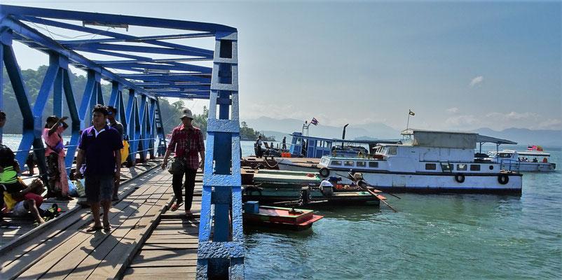 ...20 Minuten per Boot nach Thailand fahren kann.