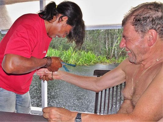 Ugo erhält ein Armband....