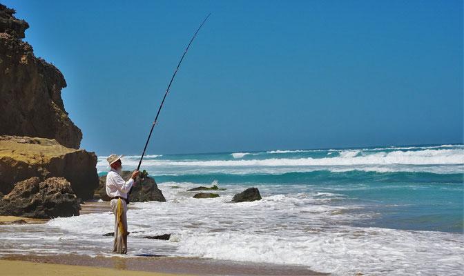 Er lässt sich jedoch nicht vom fischen abhalten.
