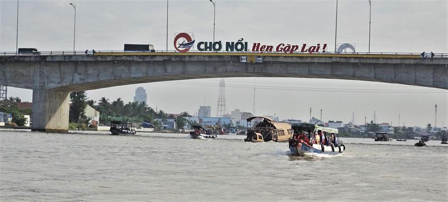 Die Konkurenz der vielen Fähren....... Brücken.