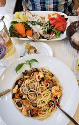 Abendessen mit Spaghetti mit Meeresfrüchten.....