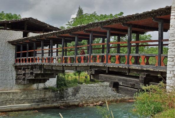 ...alten Holzbrücke über die...