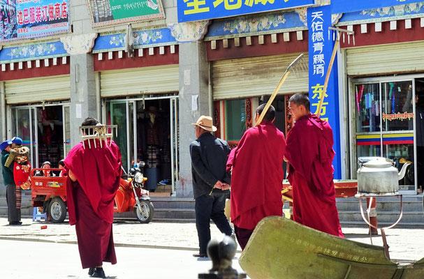 Die Mönche auf dem Weg zur Arbeit...