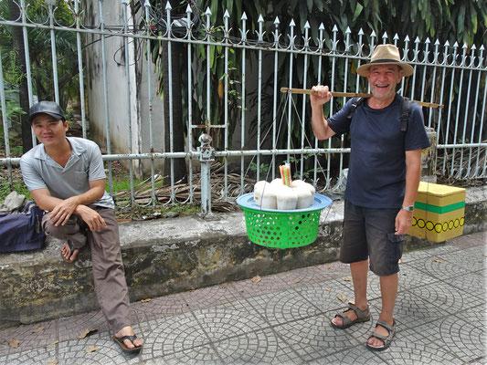 Ugo versucht sich als Kokosnuss Verkäufer.