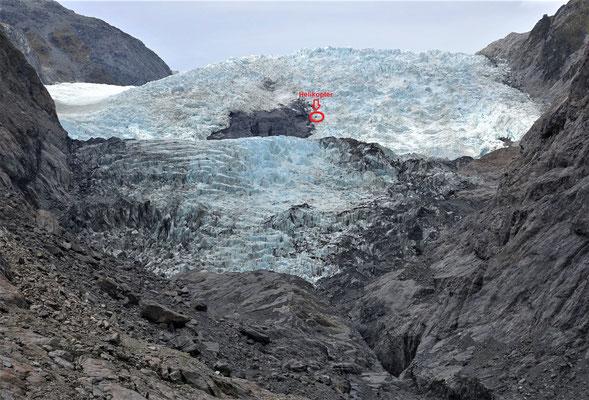 Beachte die Grössenverhältnisse.....Helikopter landete am Fuss des Gletscher.