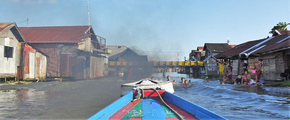 Die Rauchwolke des Taxi-Boot.