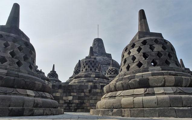 72 kleine Stupas mit....