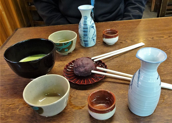 Sake, Grüntee und Ohagi (Klebereis mit Roten Bohnenpaste)