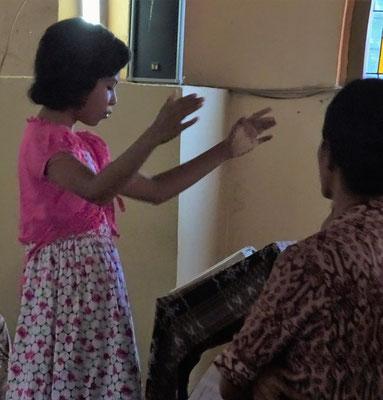 Kinder dirigieren und Singen...