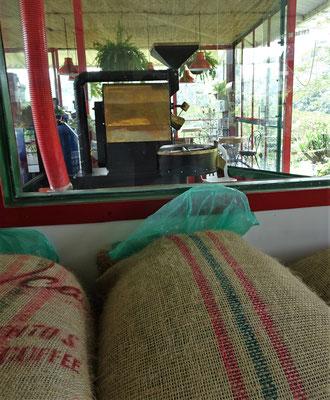 Die Säcke mit den Bohnen und die Kaffeemühle im Hintergrund.