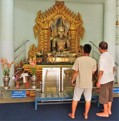 Auch ein kleiner Tempel ist im Schiff.