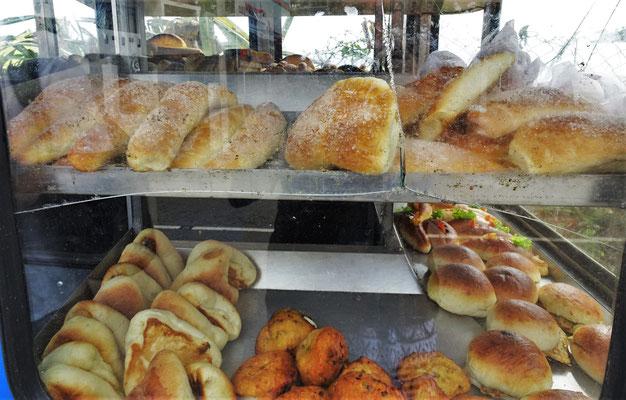 ...Auswahl an Brote und Süsses.
