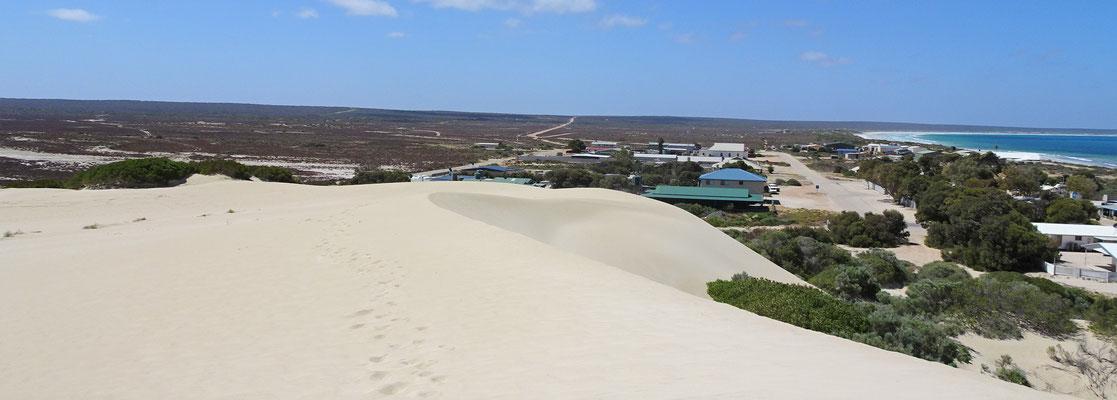 Der Blick auf die Zufahrtsstrasse von den Dünen aus.
