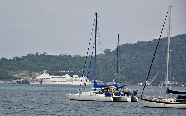 Der kleine Hafen mit dem Rotkreuzschiff.