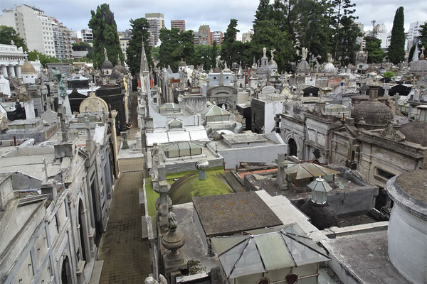 Der Blick auf den angrenzenden Friedhof.