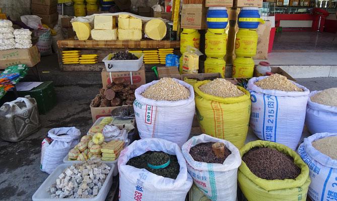 Yakbutter für den Buttertee, getrockneter Käse und diverse Kräuter