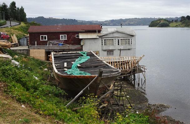 Ein Schiffsbauer.