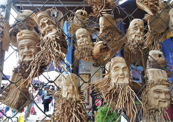 Schnitzereien aus Bambuswurzeln.