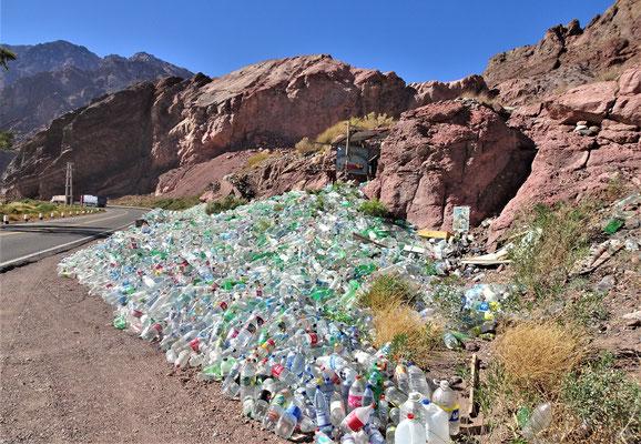 Die Flaschen sind mit Wasser gefüllt.....