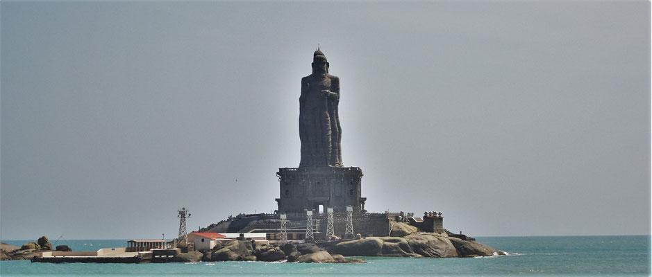 ....mit der Thiruvalluvar Statue...
