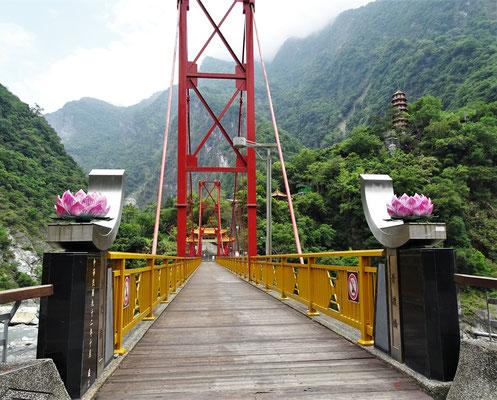 ...mit der Zugangsbrücke.