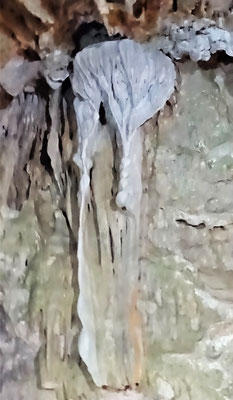 ....mit seinen kleinen Höhlen.