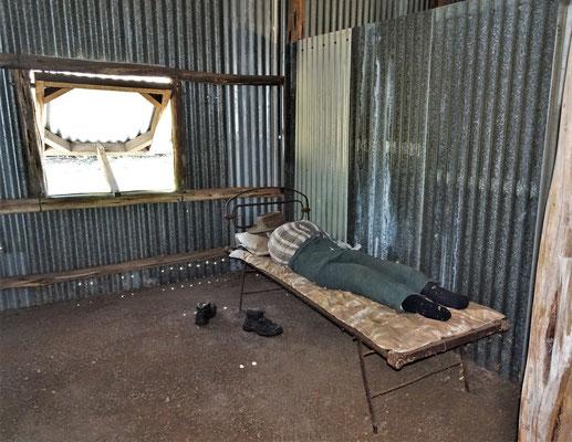 Die einfache Unterkunft in der Blechbaracke......