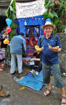 ...und das offerierte Essen. Gelber Reis und Curry Kartoffeln im Blätterteller.