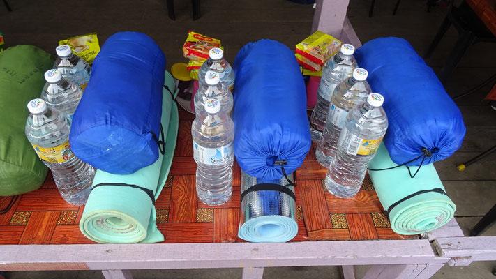 Dies ist die Ausrüstung für einen 2-Tages-Dschungeltripp mit Übernachtung in einer Höle