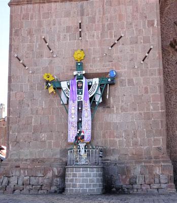 Das Kreuz neben dem Eingang.