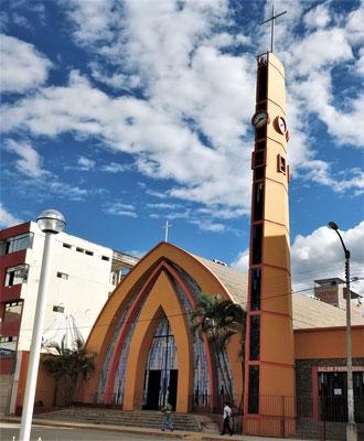 Die etwas spezielle Kirche an.....