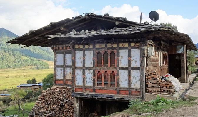 Ein altes Haus mit Holzdach.