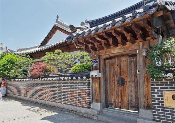 ....mit vielen traditionellen Häusern....
